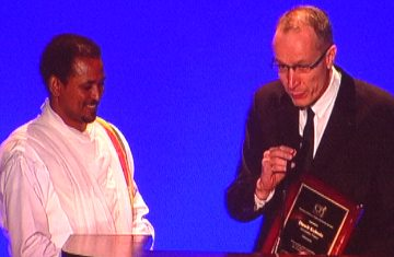 Dawit Kebede receiving CPJ's award