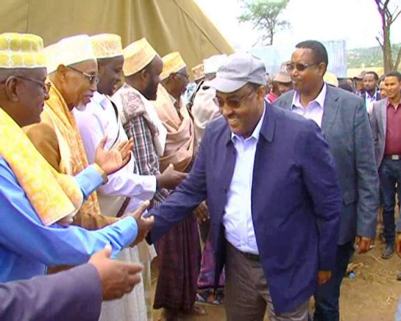 Photo - Deputy PM delegation visits Ethiopian-Somali displaced people in Kolechi kebele