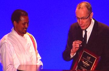 Dawit Kebede receiving CPJ's award