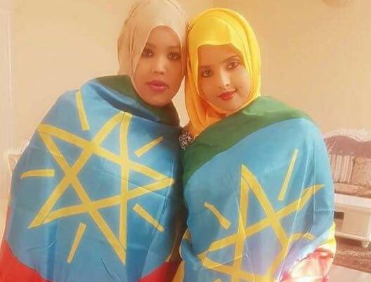 Photo - Ethiopian Somali women with Ethiopian federal flag
